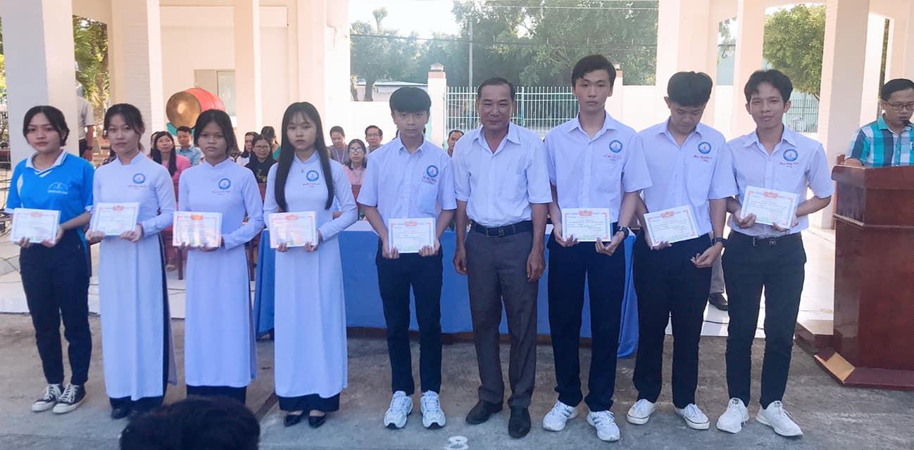 học sinh nhận bằng khen trường THPT Nguyễn Hữu Cảnh