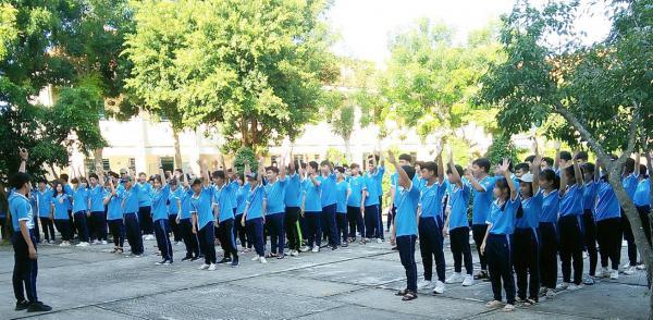 đồng phục học sinh nữ học thể dục - trường THPT Nguyễn Hữu Cảnh